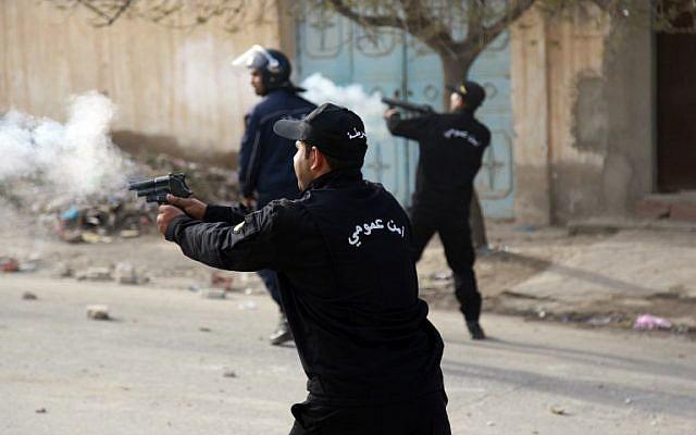 La police tunisienne envoie des gaz lacrymogènes sur des manifestants, à Kasserine, le 25 décembre 2018. (Crédit : Hatem Salhi/AFP)
