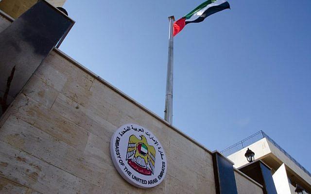Le drapeau des Emirats arabes unis flottent sur l'ambassade émiratie à Damas, le 27 décembre à l'occasion de la réouverture de la mission diplomatique. (Crédit : AFP)