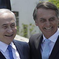 Le Premier ministre Benjamin Netanyahu, (à gauche), est accueilli par Jair Bolsonaro, alors président élu du Brésil, au fort de Copacabana, à Rio de Janeiro, au Brésil, le 28 décembre 2018 (Crédit : Leo CORREA / POOL / AFP)