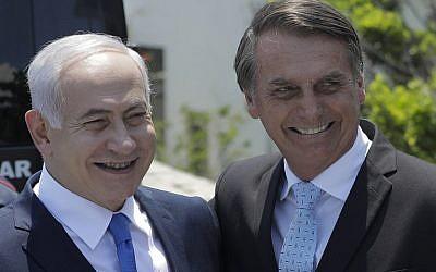 Le Premier ministre Benjamin Netanyahu, à gauche, est accueilli par le président brésilien élu  Jair Bolsonaro au fort de Copacabana, à Rio de Janeiro, au Brésil, le 28 décembre 2018 (Crédit : Leo CORREA / POOL / AFP)
