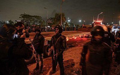 Les membres des forces égyptiennes de sécurité gardent la scène d'un attentat contre un bus touristique dans la province de Giza, au sud de la capitale du Caire, le 28 décembre 2018 (Crédit :  MOHAMED EL-SHAHED / AFP)