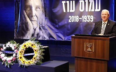 Le président israélien Reuven Rivlin prononce un discours lors d'une cérémonie à la mémoire de l'écrivain israélien Amos Oz, décédée le 31 décembre 2018 à Tel Aviv. (Crédit : Jack GUEZ / AFP)