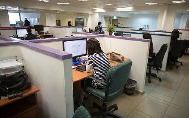 A titre d'illustration : Une juive ultra-orthodoxe travaille sur un ordinateur à son bureau dans les locaux de la société de logiciels Comax à Holon près de Tel Aviv, le 17 avril 2016. (AFP Photo/Menahem Kahana)