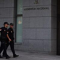 Illustration - Des policiers espagnols marchent devant un tribunal de Madrid, le 22 août 2017 (Crédit : AFP Photo/Gabriel Bouys)