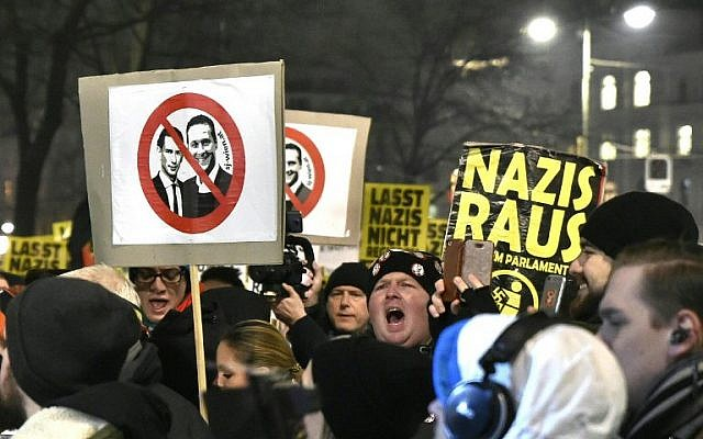 Photo d'illustration : Les manifestants tiennent des pancartes aux visages du chancelier autrichien Sebastian Kurz (à gauche) et  Heinz-Christian Strache,  président du FPÖ d'extrême-droite, lors d'un rassemblement organisé au premier anniversaire de la coalition gouvernementale formée entre les conservateurs et le parti de la Liberté d'extrême droite, le 15 décembre 2018 (Crédit : AFP/APA/HANS PUNZ)