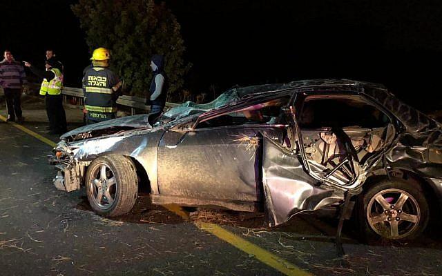 Photo d'Illustration : Une voiture dans laquelle deux personnes sont mortes et trois autres ont été blessées lors d'un accident près de Kiryat Gat, le 7 décembre 2018 (Crédit : Porte-parole de la police)