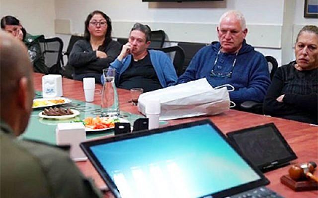 Les familles des victimes Kim Levengrond Yehezkel et Ziv Hajbi rencontre les membres de la police des frontières qui ont tué le terroriste Ashraf Na'alowa, en décembre 2018. (Crédit : police des frontières)