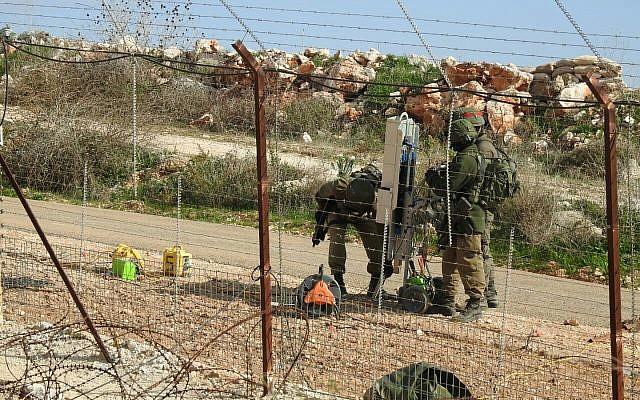 Des soldats israéliens installent des équipements près de la ville de Meiss al-Jabal, dans le sud du Liban, le 5 décembre 2018, selon l'organisation terroriste du Hezbollah. (Médias militaires du Hezbollah)