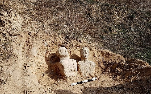 Ces deux bustes funéraires en calcaire ont été découverts après les fortes pluies du mois de décembre dans la région de Beit Shean par une randonneuse (Crédit :  Eitan Klein, Autorité israélienne des antiquités)