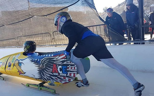 Dave Nicholls, assis, dans son bobsleigh (Autorisation : Nicholls via JTA)
