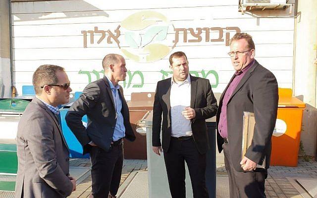 Chris Lehane (2L), responsable de la politique mondiale et des affaires publiques d'Airbnb, rencontre Yossi Dagan (2R), président du conseil régional de Samarie, dans le nord de la Cisjordanie, le 18 décembre 2018. (Conseil régional de Samarie)