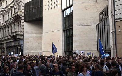 Rassemblement d'étudiants devant l'Université d'Europe centrale, le 4 avril 2017. (Crédit : AFP-TV)