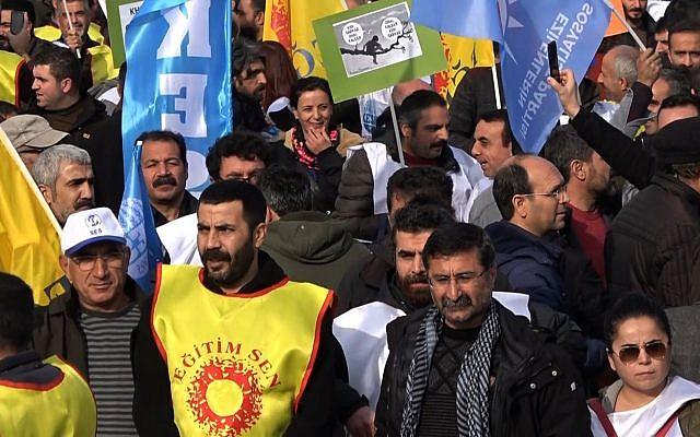Quelques milliers de personnes ont manifesté à Diyarbakir, dans le sud-est de la Turquie, pour protester notamment contre la forte hausse des prix ces derniers mois, certains saluant au passage les manifestations en France des « gilets jaunes », le 16 décembre 2018. (Crédit : AFPTV)