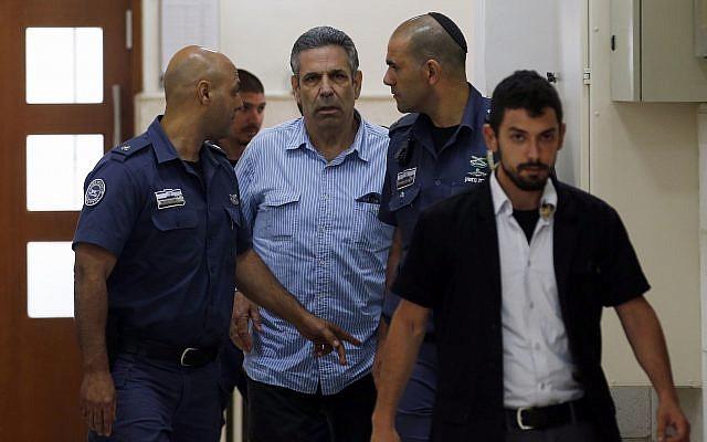 Gonen Segev, ancien ministre du gouvernement israélien inculpé d'espionnage pour le compte de l'Iran, est présenté devant le tribunal de district de Jérusalem, le 5 juillet 2018. (Crédit : Ronen Zvulun/Pool Photo via AP)