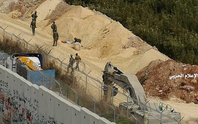 """Sur cette photo publiée par le Hezbollah Central Military Media, des pelleteuses de l'armée israélienne travaillent à la frontière israélo-libanaise près d'un mur qu'Israël a construit le mardi 4 décembre 2018, face au village de Kafr Kila au sud du Liban. L'armée israélienne a lancé une opération pour """"démasquer et neutraliser"""" les tunnels qu'elle dit avoir été construits par l'organisation terroriste du Hezbollah qui s'étendent du Liban au nord d'Israël. (Médias militaires du Hezbollah via AP)"""