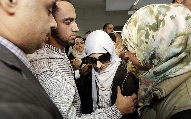 Shaima Swileh, au centre, avec son mari Ali Hassan, deuxième à partir de la gauche, après l'arrivée de Swileh à San Francisco, le 19 décembre 2018. (Crédit : AP/Jeff Chiu)