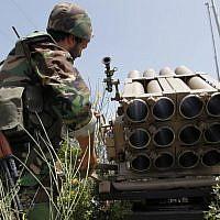 Un combattant du Hezbollah derrière un lance-roquettes vide, le 22 mai 2010 (Crédit : AP/Hussein Malla)