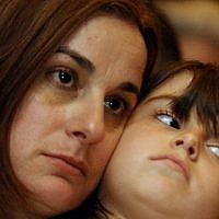 Rona Ramon, à gauche et sa fille Noa, à Cocoa Beache, en Floride, avant le lancement de la navette spatiale Columbia, le 15 janvier 2003. (Crédit : AP Photo/Alan Diaz, Archives)