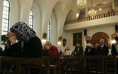Des chrétiens iraniens à la messe de noël dans une église de Téhéran, en Iran, le 25 décembre 2017 (Crédit :  AP Photo/Vahid Salemi)