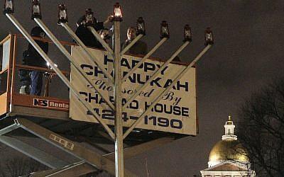 Illustration: un rabbin allume une hanoukkiah publique à Boston,le 1er décembre 2010 (Crédit : AP /Steven Senne)