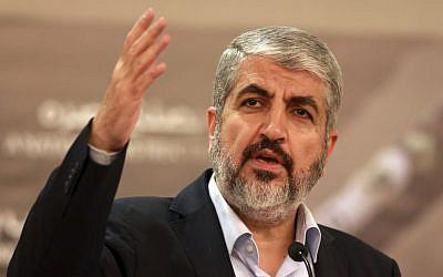 L'ex-chef du Hamas, Khaled Mashaal, s'exprime à Doha, le 28 août 2014. (Crédit : AP/Osama Faisal)