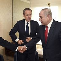 Le Premier ministre Benjamin Netanyahu, rencontre le chef de l'opposition australien Bill Shorten et la sénatrice Penny Wong à Sydney, le 24 février 2017. (Crédit : William West/Pool Photo via AP)