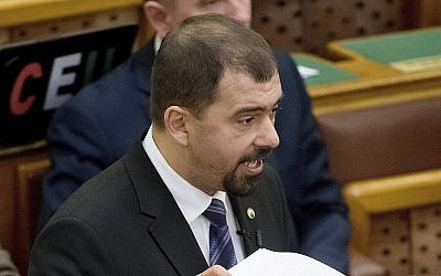Istvan Szavay du parti de droite Jobbik de l'opposition lors d'un débat au parlement de Budapest, en Hongrie, le 19 avril 2017 (Crédit : Szilard Koszticsak/MTI via AP)