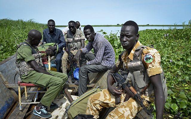 Les soldats du gouvernement traversent la rive gauche du Nil pour patrouiller sur les lignes de front dans la ville de Kuek, au sud-Soudann le 19 août 2017 (Crédit :AP/Sam Mednick)