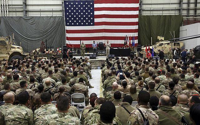 Le général Joseph Dunford, s'adresse aux troupes à la bas militaire américaine de Bagram, au nord de Kaboul, en Afghanistan, le 24 décembre 2017. (Crédit :AP/Rahmat Gul)