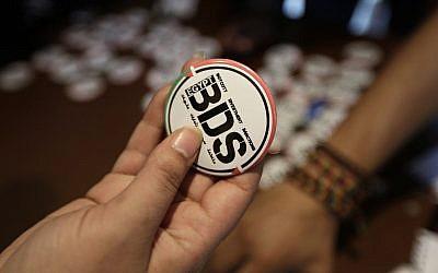 Illustration : Un égyptien achète un pin's avec le logo de BDS  (Boycott, Divestment and Sanctions) au Caire, en Egypte, en 2015 (Crédit :  AP Photo/Amr Nabil)