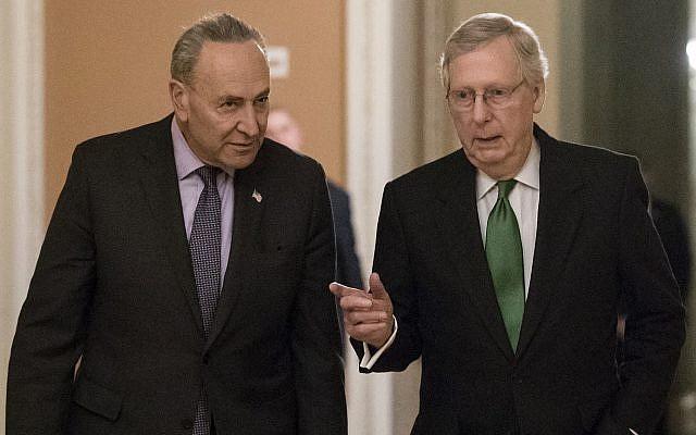 Le chef de la minorité démocrate au Sénat américain Huck Schumer, et le chef de la majorité républicaine Mitch McConnell à Washington, le 7 février 2018. (Crédit : AP Photo/J. Scott Applewhite)