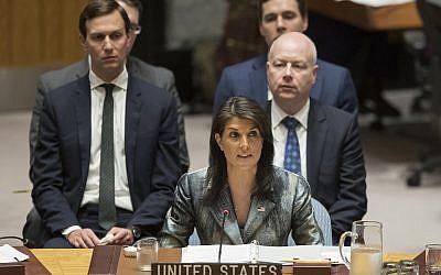 Nikki Haley s'exprime durant une réunion du Conseil de sécurité sur la situation israélo-palestinienne avec les négociateurs Jared Kushner (à gauche) et  Jason Greenblatt,,(à droite), derrière elle, le 20 février 2018 à l'ONU (Crédit : AP/Mary Altaffer)