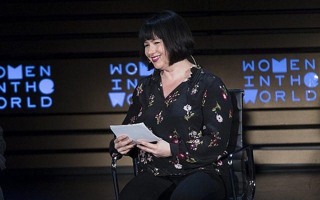 Le chroniqueuse du New York Times Michelle Goldberg lors d'une interview avec  Margaret Atwood (absente de l'image) au neuvième sommet des Femmes du monde à New York, le 13 avril 2018 (Crédit : AP/Mary Altaffer)