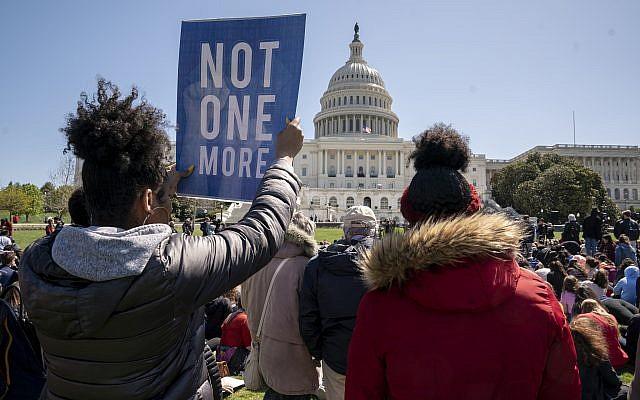 À la suite de la fusillade survenue en février dans une école secondaire de Parkland, en Floride, plusieurs centaines d'élèves se rassemblent sur la pelouse ouest du Capitole pour appeler à mettre fin à la violence armée dans les écoles, à Washington, le vendredi 20 avril 2018. (AP/J. Scott Applewhite)