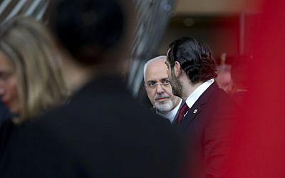 """Le ministre iranien des Affaires étrangères Mohammad Javad Zarif, (au centre), s'entretient avec le Premier ministre libanais Saad Hariri, (à droite), après une photo de groupe prise lors d'une conférence """"Soutenir l'avenir de la Syrie et de la région"""" au bâtiment Europa à Bruxelles, le mercredi 25 avril 2018. (AP Photo/Virginia Mayo)"""