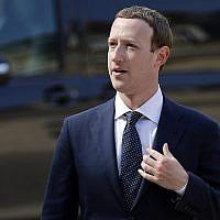 """Mark Zuckerberg, PDG de Facebook, à son arrivée le 23 mai 2018 au Palais de l'Elysée à Paris pour rencontrer Emmanuel Macron, Président de la République française, après le sommet """"Tech for Good"""". (AP Photo/Francois Mori)"""