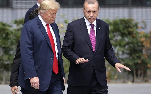 Le président américain Donald Trump, à gauche, s'entretient avec le président turc Recep Tayyip Erdogan lors d'un sommet des chefs d'État et de gouvernement réunis au siège de l'OTAN à Bruxelles, le mercredi 11 juillet 2018. (Crédit : AP / Markus Schreiber)