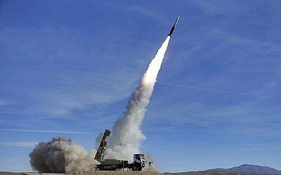 Un missile Sayyad 2 lancé par le système de défense par un système de défense aérienne en Iran, le  5 novembre 2018. (Crédit : armée iranienne/AP)