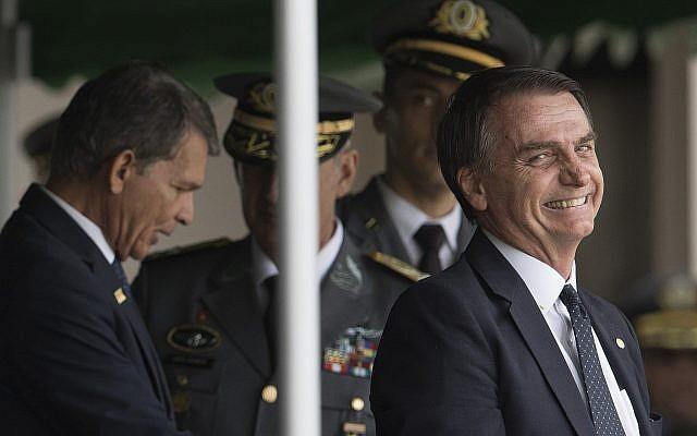 Le président élu du Brésil, Jair Bolsonaro, sourit en assistant à la cérémonie de remise des diplômes des cadets de l'Armée à l'Académie militaire des Agulhas Negras à Resende, Brésil, le 1er décembre 2018. (AP Photo/Leo Correa)