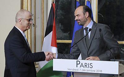 Le Premier ministre français Edouard Philippe, à droite, serre la main du Premier ministre de l'Autorité palestinienne Rami Hamdallah lors d'une conférence de presse à Paris, le vendredi 7 décembre 2018. (Crédit : Jacques Demarthon, Pool via AP)