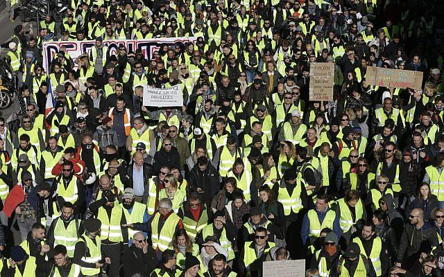 Des manifestants en gilet jaune défilent le samedi 8 décembre 2018 à Marseille, dans le sud de la France. (Crédit : AP / Claude Paris)