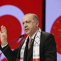Le président turc Recep Tayyip Erdogan s'adresse aux parlementaires musulmans pendant une rencontre consacrée à Jérusalem à Istanbul, le 14 décembre 2018 (Crédit : Service de presse présidentiel via AP, Pool)