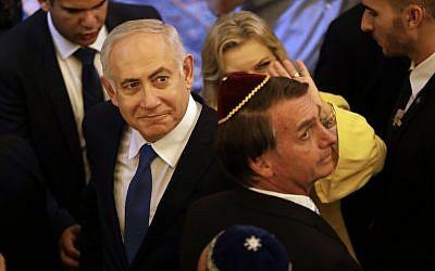 Benjamin Netanyahu, (à gauche), et le président brésilien élu Jair Bolsonaro, lors d'une visite à la synagogue Kehilat Yaacov à Rio de Janeiro, au Brésil, le 28 décembre 2018 (Crédit : Leo Correa/Pool Photo via AP)