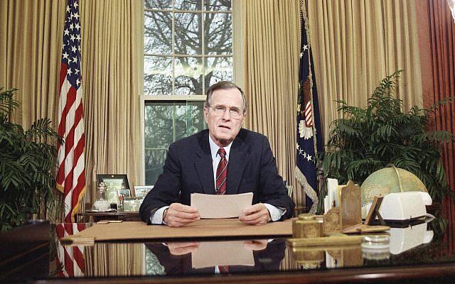 Le mercredi 20 décembre 1989, le président Bush s'adressant à la nation à la télévision depuis le bureau ovale à Washington, alors qu'il explique sa décision de déployer des troupes américaines au Panama. (Crédit : AP / Barry Thumma)