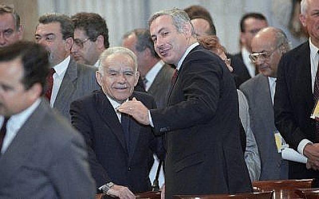 Le Premier ministre Yitzhak Shamir, à gauche, avec Benjamin Netanyahu, membre de la délégation israélienne, avant l'ouverture de la conférence sur la paix au Moyen-Orient de Madrid, le 30 octobre 1991 (Crédit : AP Photo/Denis Paquin)