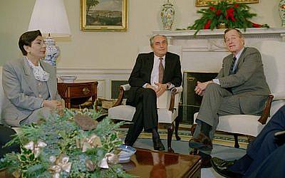 Le président américain George H. Bush rencontre les membres d'une délégation palestinienne avec la porte-parole Hanan Ashrawi, à gauche, et le docteur Faisal Husseini, dans le bureau ovale de la Maison Blanche (Crédit : AP/Dennis Cook)