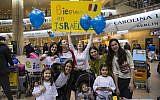 Des Juifs français arrivant à l'aéroport Ben-Gourion en Israël, le 22 novembre 2016 (Crédit : JTA/IFCJ)