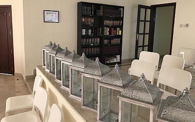 """La """"mehitsa"""" qui sépare la section des femmes de celle des hommes à la synagogue de Dubaï (Autorisation)"""