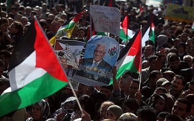 Des Palestiniens agitent leur drapeau national lors d'un rassemblement à Ramallah, le 29 novembre 2012, pour soutenir la candidature du dirigeant palestinien Mahmoud Abbas à la reconnaissance du statut d'État par l'ONU. (Issam Rimawi/Flash90)