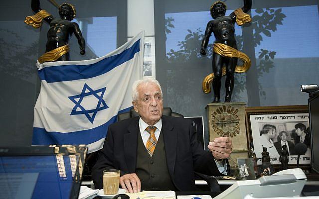Shmuel Flatto-Sharon dans son bureau, le 23 janvier 2013 (Crédit :  Moshe Shai/Flash90)